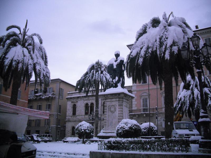 Neve 5 febbraio, Serena Bianchini, passeggiando verso Ascoli, Piazza Roma