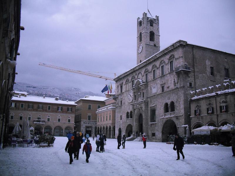 Neve 5 febbraio, Serena Bianchini, passeggiando verso Ascoli, Piazza del Popolo