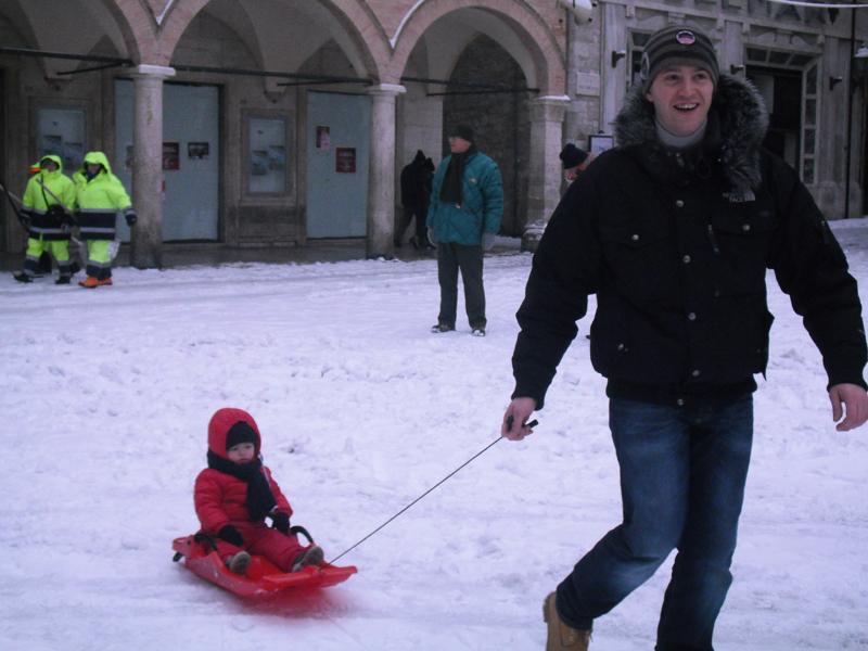 Neve 5 febbraio, Serena Bianchini, passeggiando verso Ascoli, con la slitta