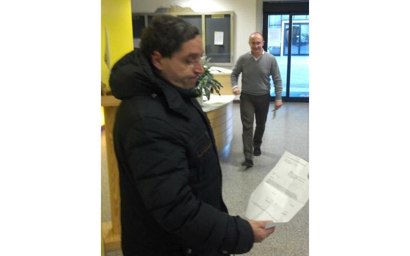 Roberto Pignotti guarda la fattura di 42 mila euro da girare al Comune