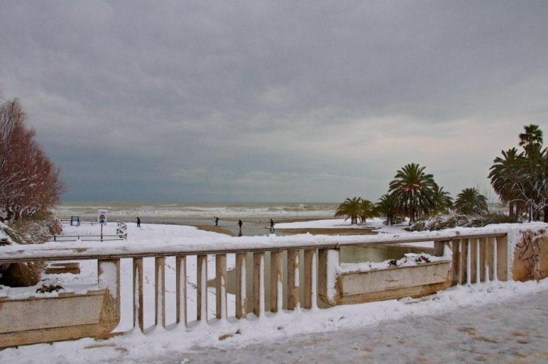 Neve a San Benedetto, lungomare, 4 febbraio (Renato Speziali)