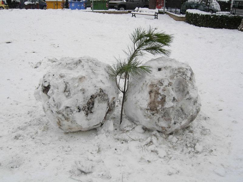 Sculture di-neve improvvisate a Stella di Monsampolo, 4 febbraio 2012