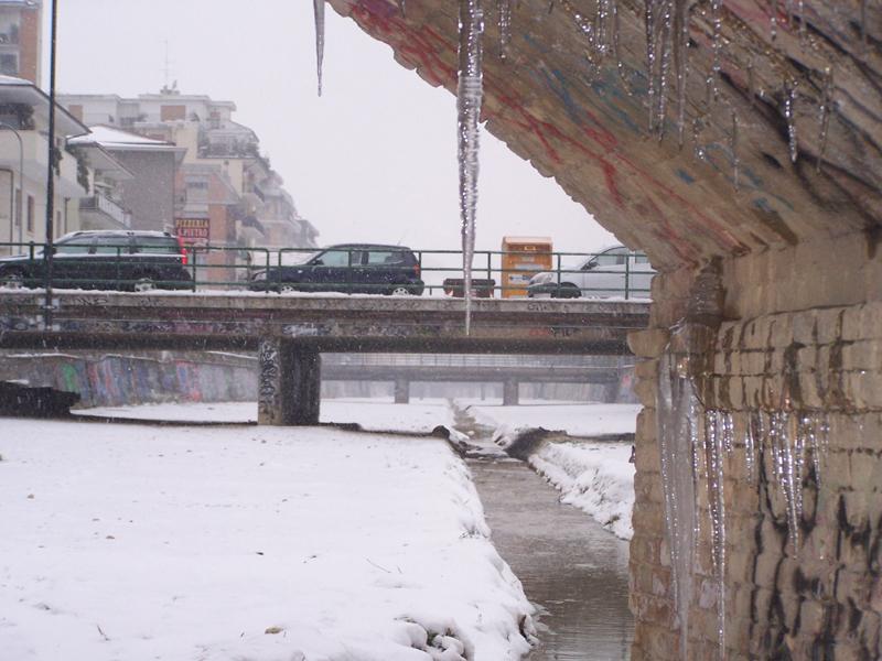 Stalattiti di ghiaccio nel ponte lungo l'Albula, neve febbraio 2012 (francesco mosca)