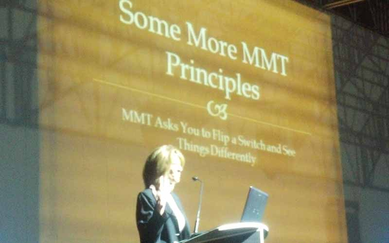Stephanie Kelton illustra i principi della Modern Money Theory