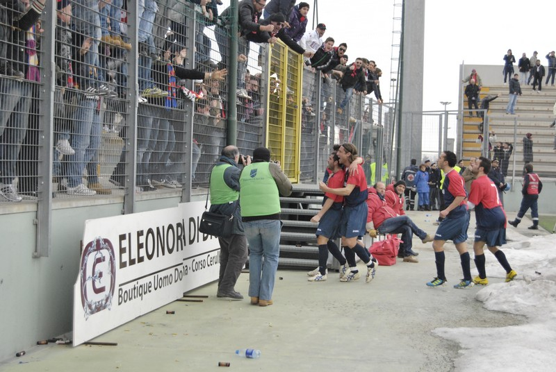 Teramo - Samb 1-1, esultanza dopo il pareggio di Di Vicino (foto di Matteo Bianchini) (13)