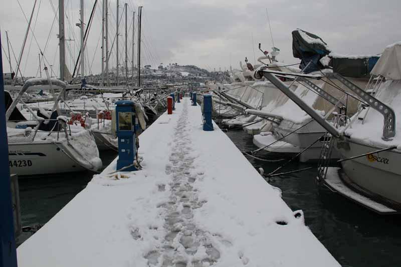 5 febbraio 2012, neve sul pontile a San Benedetto. Foto di Annalisa Lino