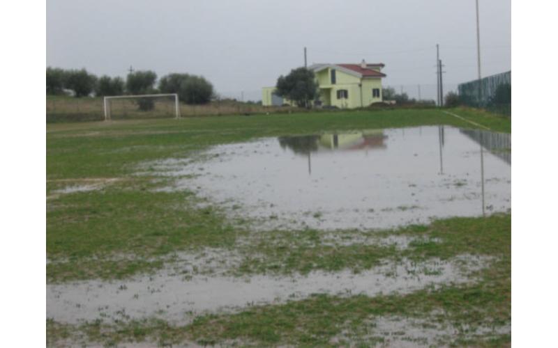 Un campo di calcio allagato