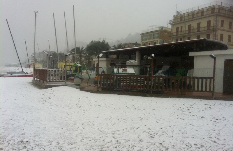 Neve sulla spiaggia a Cupra