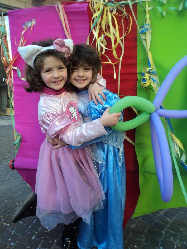 Cenerentola abbraccia Hello Kitty. Sono Anastasia e Angelica R.