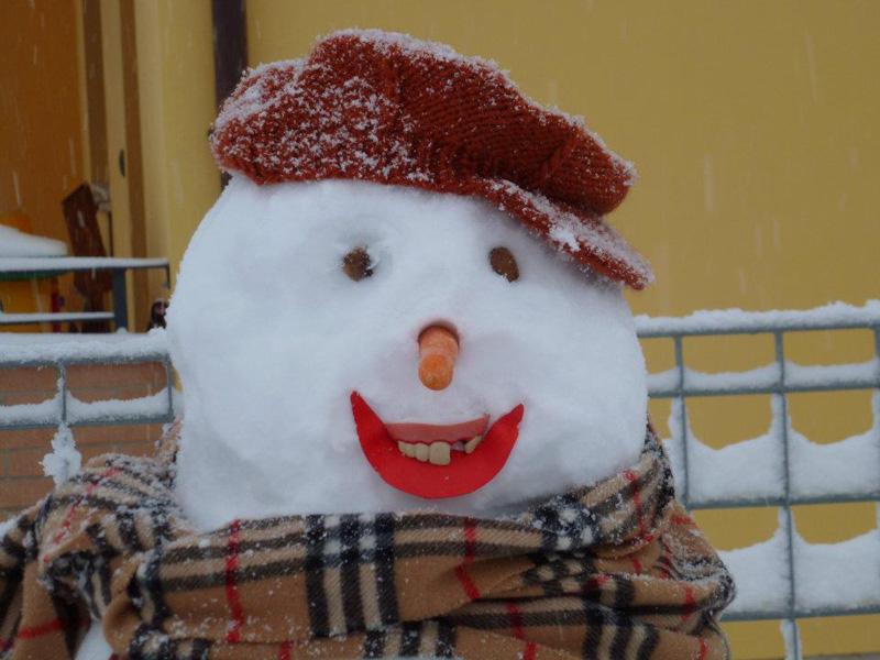 Neve a Spinetoli. Ecco il pupazzo fatto da Seba e Viola. Foto di Sabrina
