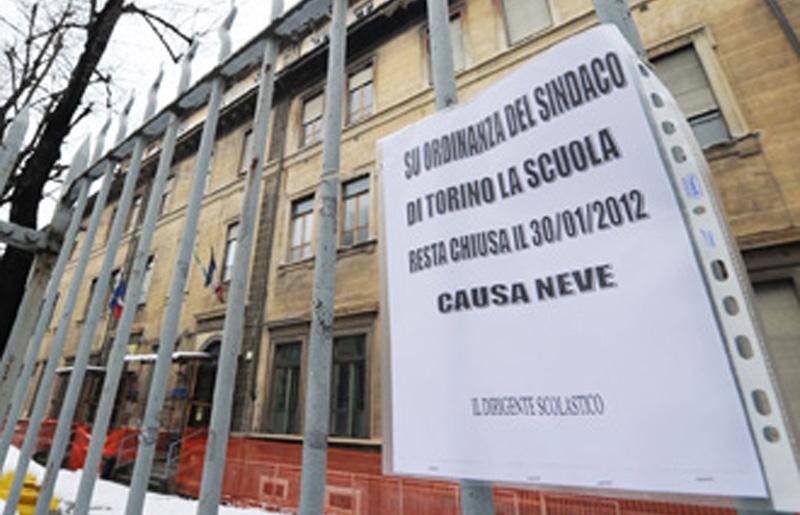 Un cartello che segnala scuola chiusa per neve