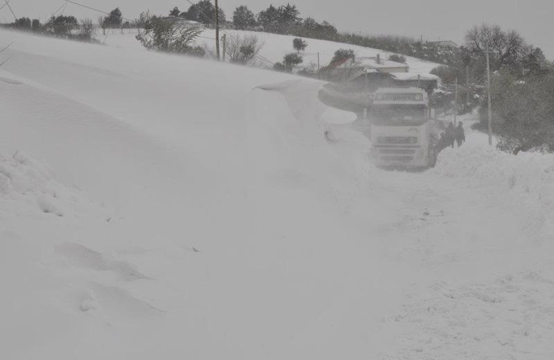 Un camion sulla strada Mosciano-Montone febbraio 2012