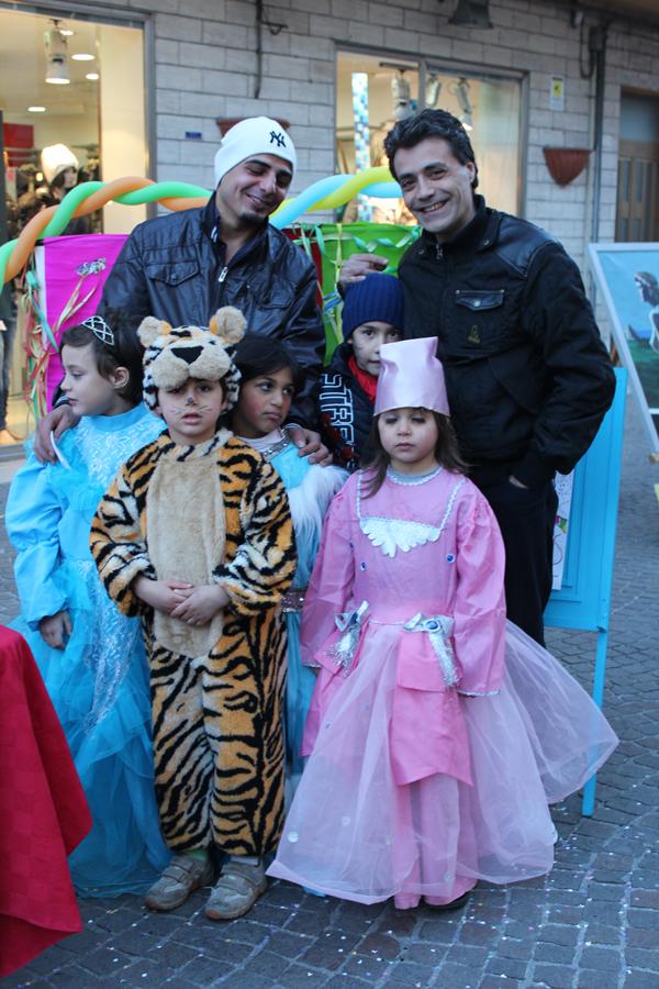 Un bel gruppetto di tigri, fate e regine. Sullo sfondo anche i papà