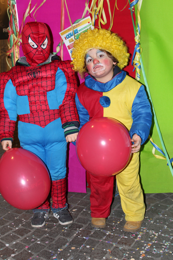 Spiderman passeggia in compagnia di un clown.. Sono Riccardo A. e Valerio M.