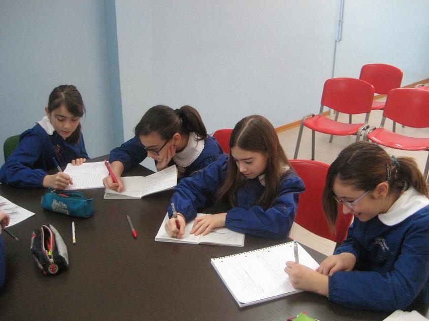 Alcune studentesse della classe 5 B durante il corso di giornalismo