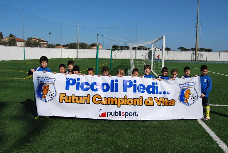 i piccoli atleti della scuola calcio del Martinsicuro prima della gara