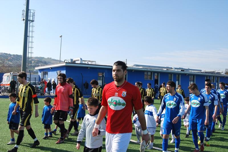 L'ingresso in campo delle squadre con i piccoli della scuola calcio