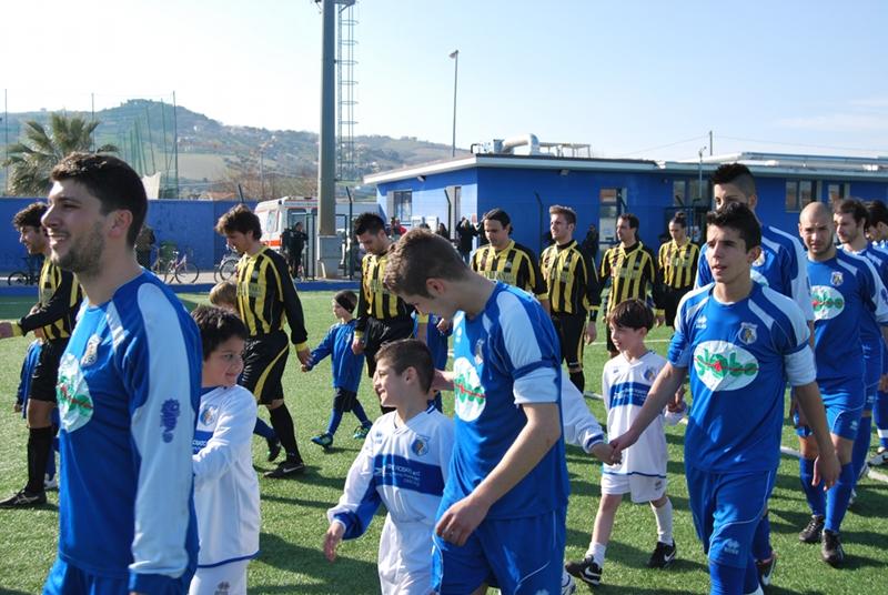 L'ingresso delle squadre con i piccoli della scuola calcio (2)
