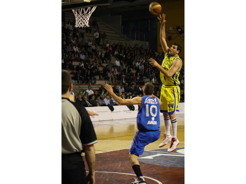 Dejan Ivanov attacca il canestro