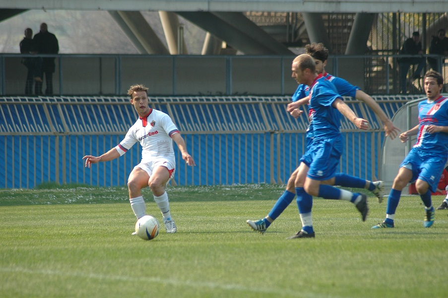 Donzelli tenta l'assist per Voinea in Samb-Jesina (giammusso)