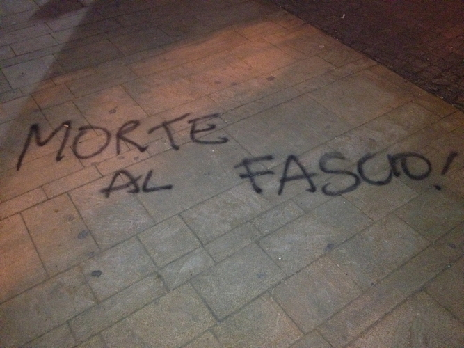 un' altra scritta sulla pavimentazione di piazza Cavour