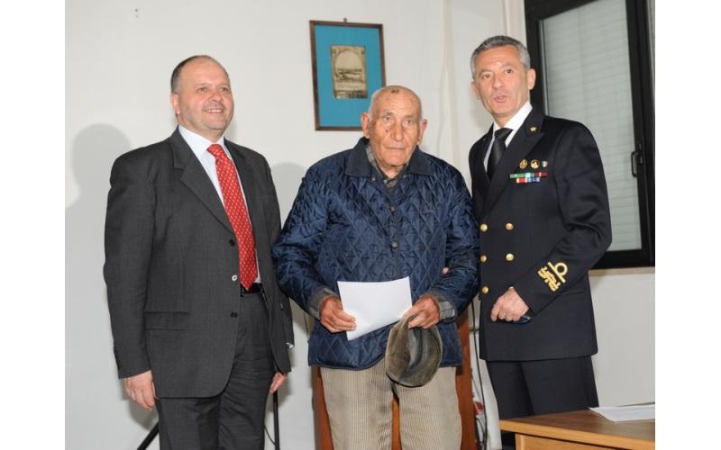 Il sambenedettese Vincenzo Romani tra il sindaco Giovanni Gaspari e l'Ammiraglio Giovanni Pettorino