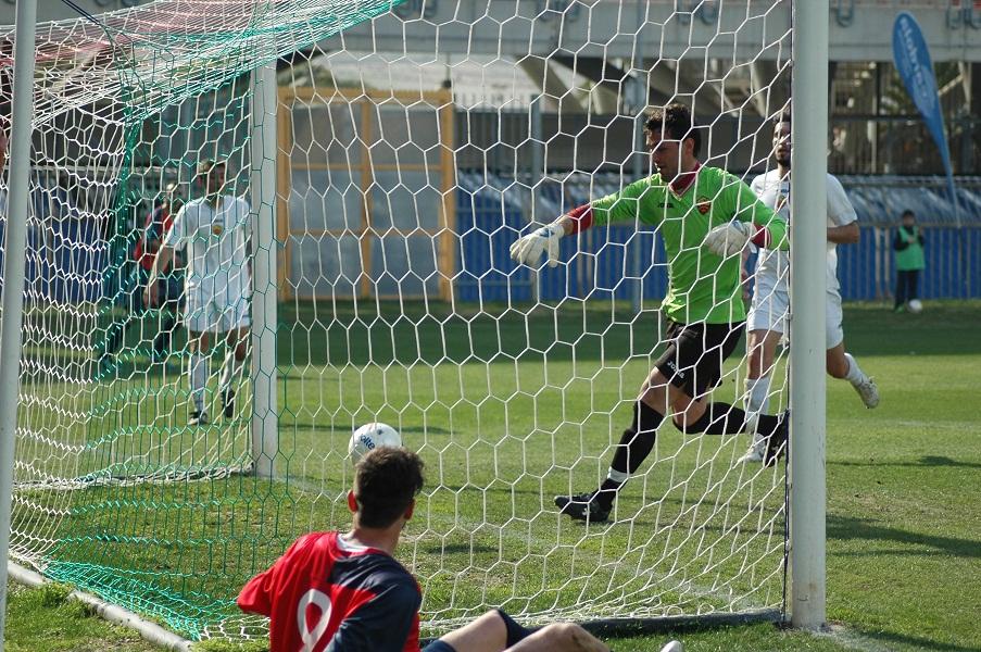 Incredibile gol di Pazzi, che guarda il pallone entrare in porta, durante Samb-Santegidiese (giammusso)