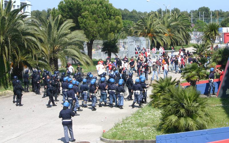 Samb-Genoa, aprile 2006, uno dei momenti più caldi del faccia a faccia tra tifosi e polizia