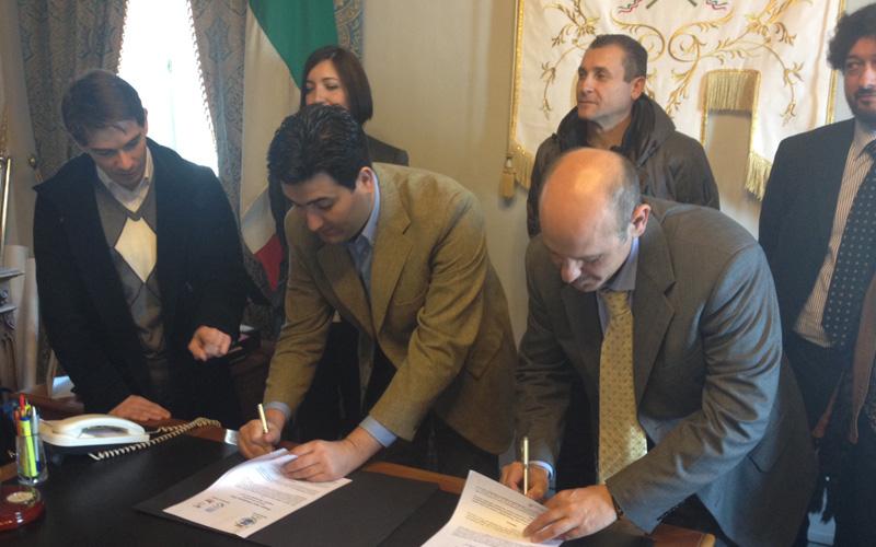 Stefano Stracci e Alberto Croci firmano la convenzione tra il Comune di Monteprandone e l'Inpdap