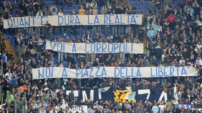Lo striscione esposto sulla curva della Lazio