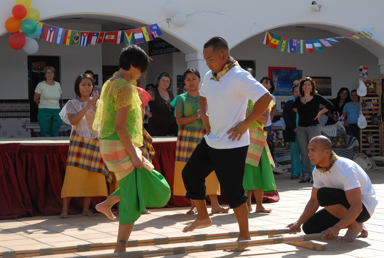 La danza filippina Tinikling