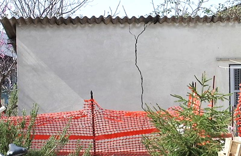 Una crepa di una casa inagibile in Via Val Tesino