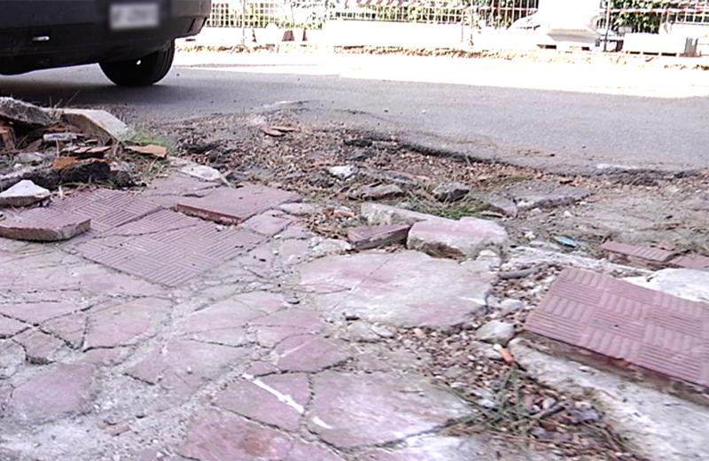 Via della Stazione, pavimento danneggiato per radici di pini