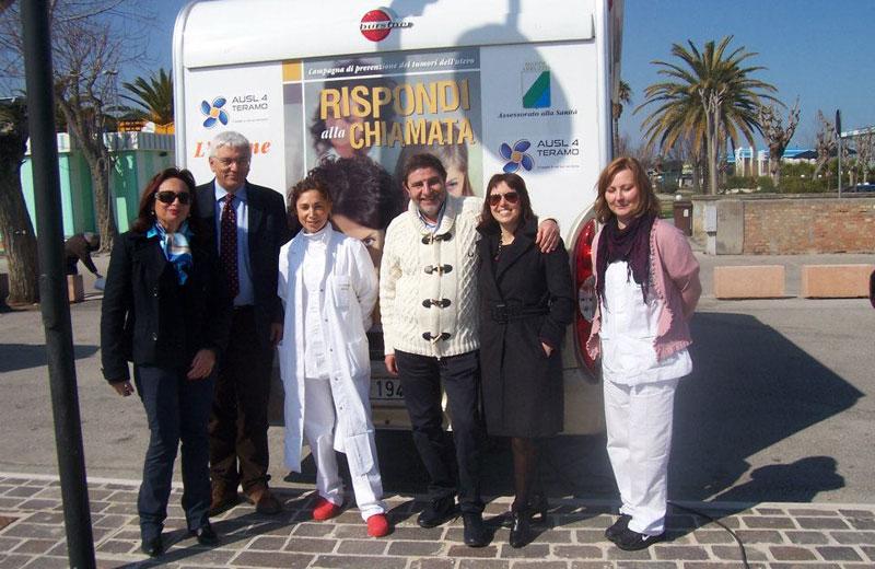 Il personale medico del camper rosa e le rappresentanti della Cpo provinciale con il direttore generale Varrassi  e il direttore sanitario Antelli