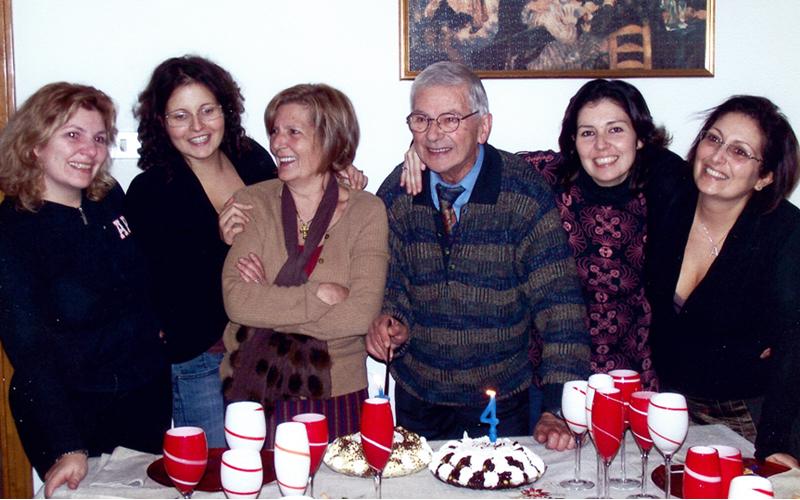 Mario Baffoni tra le sue donne durante una festa di compleanno