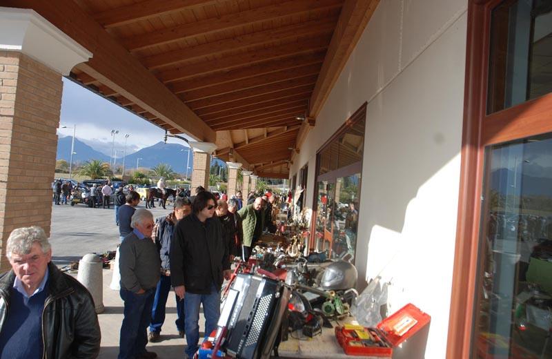 Visitatori mercatino usato in val vibrata