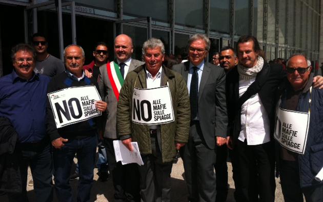 Foto di gruppo dell'Itb con Giuseppe Ricci al centro al suo fianco il sindaco Gaspari di San Benedetto il presidente della Regione Marche Spacca e sulla sinistra Marcello Di Finizio