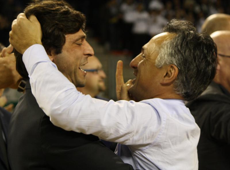 A destra, l'allenatore della Sutor Giorgio Valli, e a sinistra il suo secondo, Alberto Morea, festeggiano la vittoria