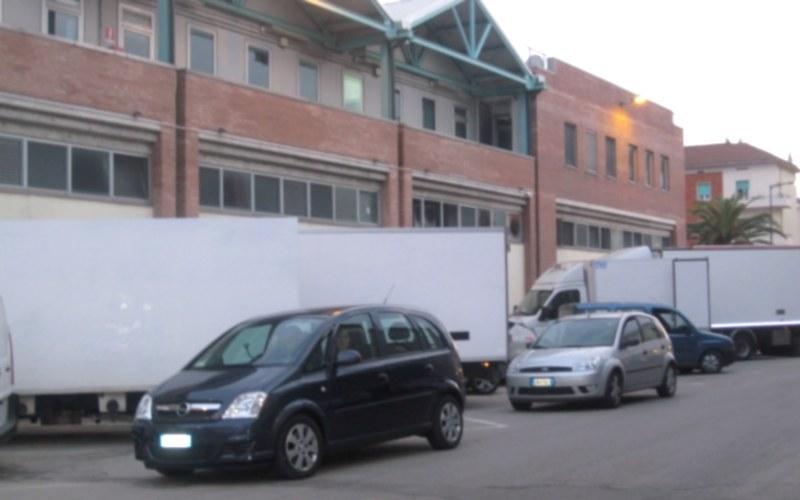 Club 45 macchine con genitori in attesa di riprendere i figli