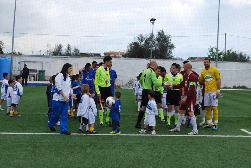 L'ingresso in campo delle due squadre con i piccoli della Scuola Calcio