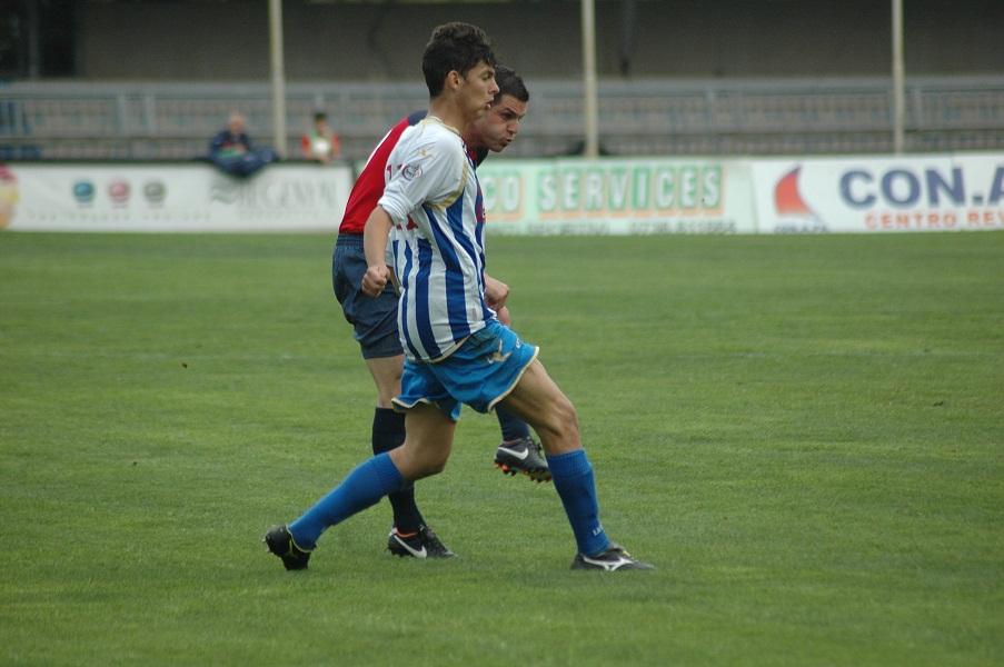 Di Vicino, coperto, calcia da 30 metri il gol dell'1-1 con il San Nicolà (giammusso)