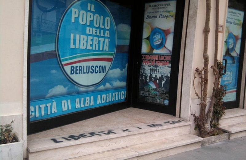 La scritta No Tav nella sede del Pdl di Alba Adriatica