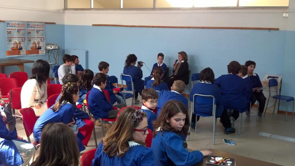Gli alunni della 5 A della scuola Speranza intervistano la dirigente Francesca Fraticelli