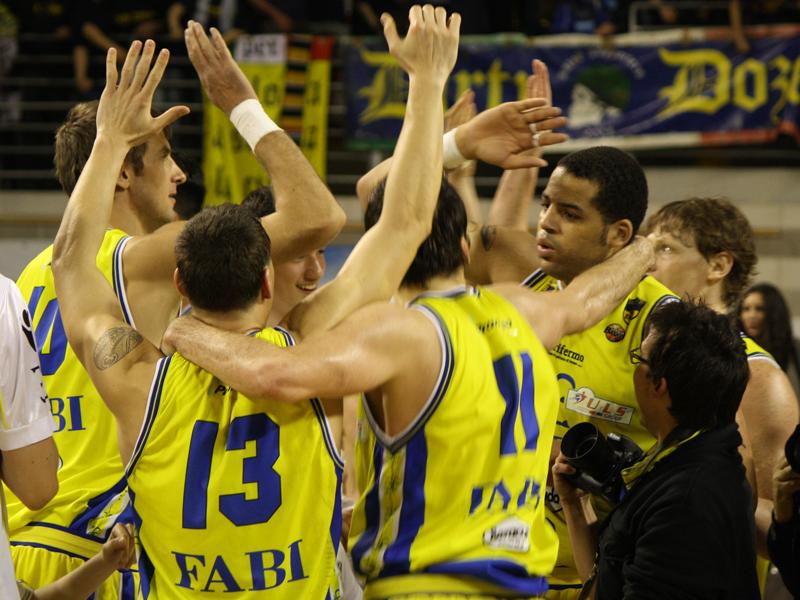 I giocatori della Sutor festeggiano la vittoria contro Pesaro