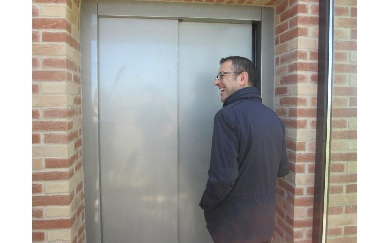 Paolo D'Erasmo prova il nuovo ascensore esterno del Teatro Mercantini