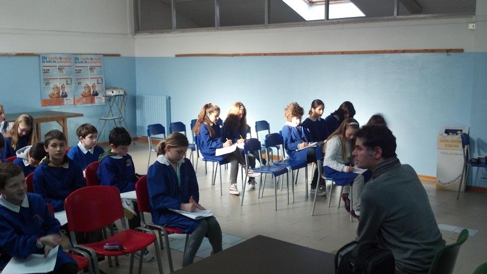 Il pittore Francesco Colella risponde alle domande degli alunni della 5 D della scuola Speranza 2