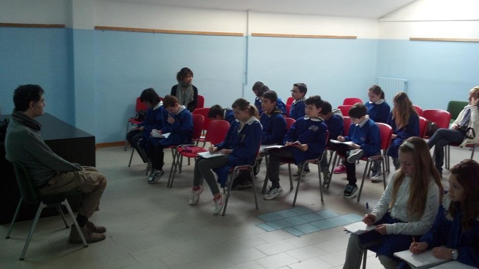Il pittore Francesco Colella risponde alle domande degli alunni della 5 D della scuola Speranza