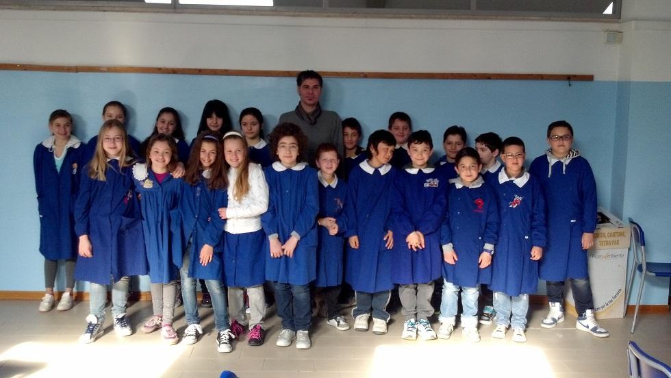 La classe 5 D della scuola Speranza di Grottammare con il pittore Francesco Colella