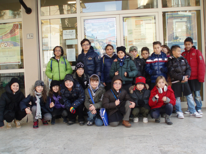La classe quinta della scuola primaria Ragnola davanti all'ingresso della scuola Curzi
