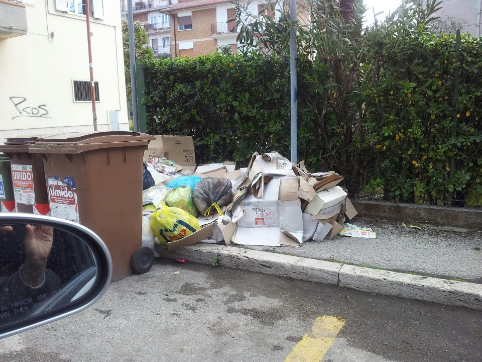 Nuova Raccolta differenziata, non tutto fila liscio, via Potenza, aprile 2012 foto zona Agraria